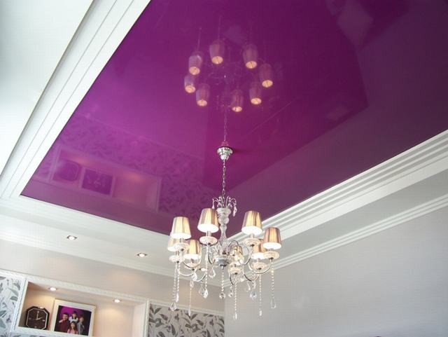 Глянцевый натяжной потолок цвета фуксия