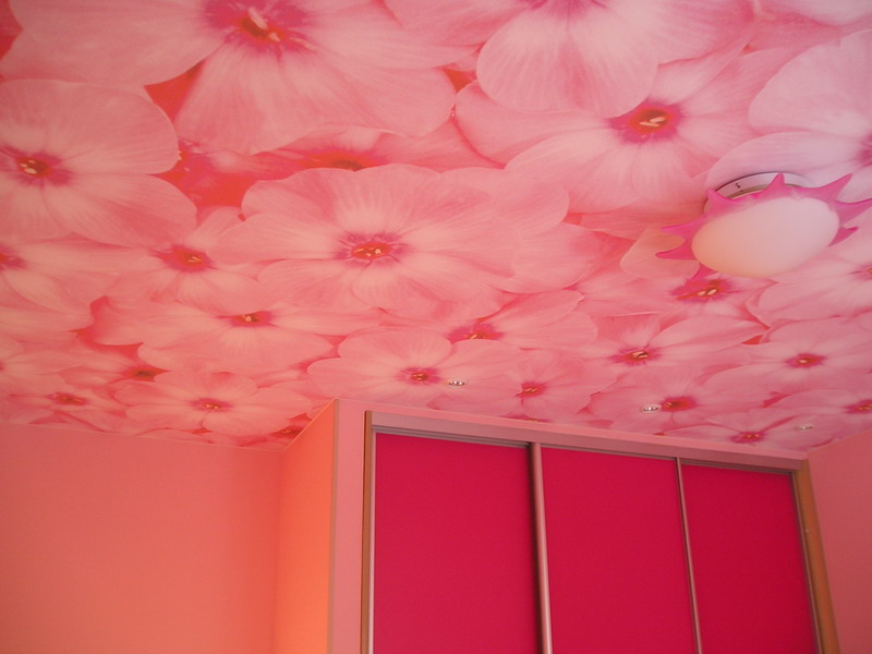 Обои для потолка с розовыми цветами