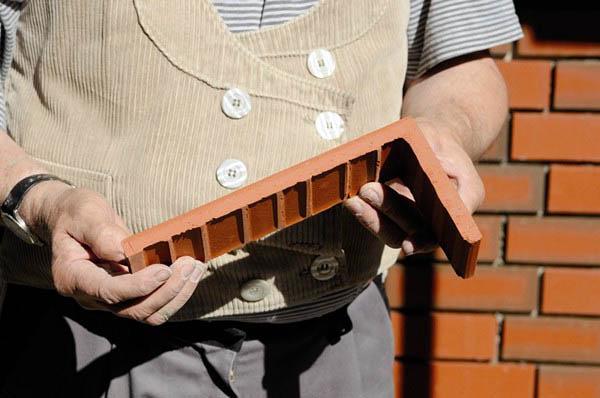 Фасадный элемент в руках строителя