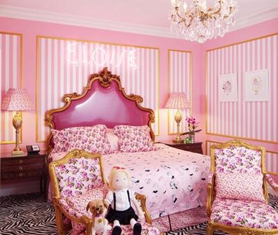 Отдельные вставки на стенах в спальне