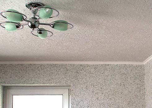 Покраска потолка жидкими обоями