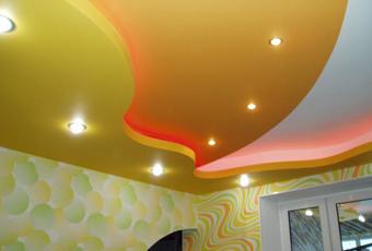 Многоуровневый, разноцветный потолок
