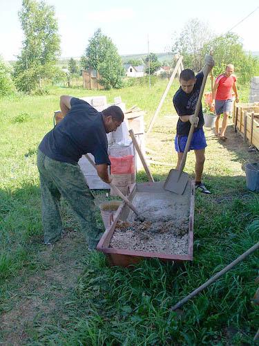 Приготовление бетона всей семьей
