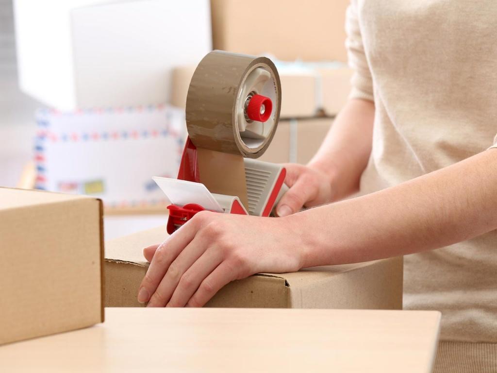 Заклеивание коробок упаковочным скотчем