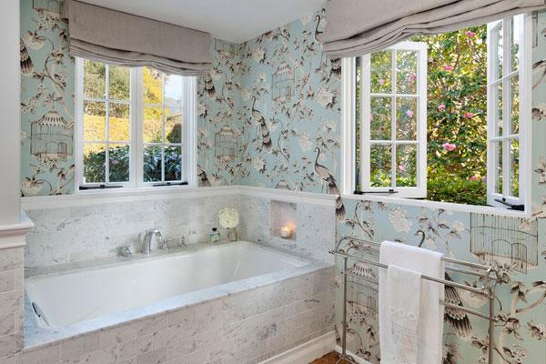 Ванная комната оклеенная обоями